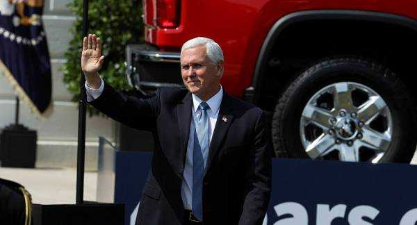 US VP Mike Pence in Minor Campaign Bus Accident in Pennsylvania
