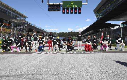 Lewis Hamilton 'takes a knee' but six drivers remain standing before Austrian GP