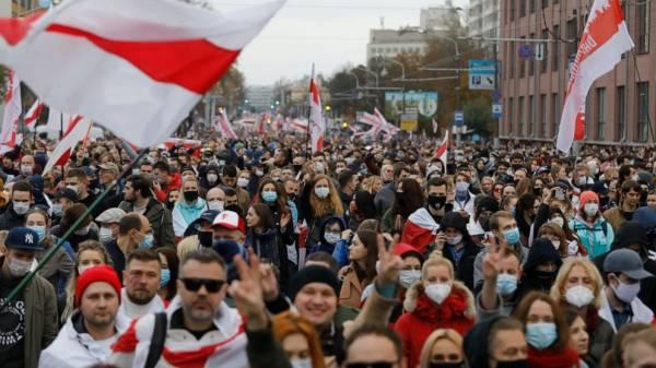 Thousands protest as Belarus leader faces demands deadline