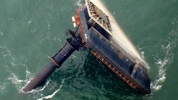 Offshore lift boat flipped while lowering legs, turning