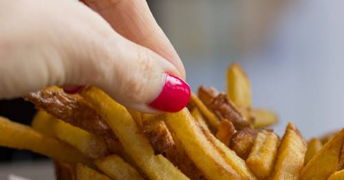 'Petty' man who made friend split bill after he ate 3 chips is ridiculed online