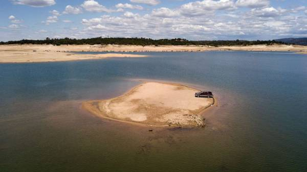 At California's Folsom Lake, a stark image of state's drought disaster