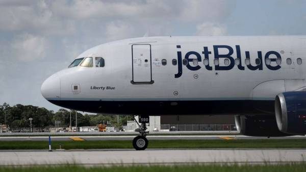 Man attempts to storm cockpit, strangles and kicks flight attendant on JetBlue flight