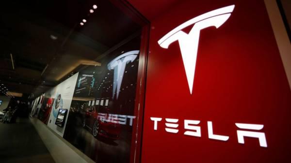 US regulators seek answers from Tesla over lack of recall