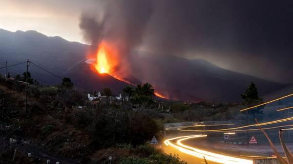 La Palma island braces for more quakes as volcano roars on